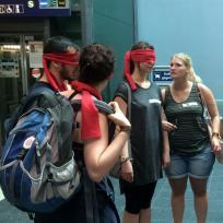 Teilnehmende erkunden mit Augenbinden den Bahnhof