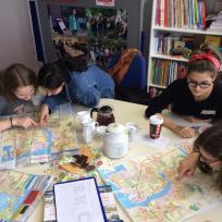 Jugendliche mit Stadtplänen von Rostock