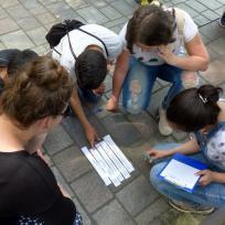 Jugendliche lösen Gruppenaufgabe