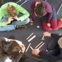Jugendliche lösen gemeinsam eine Aufgabe