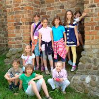 Kinder vor der Rostocker Stadtmauer