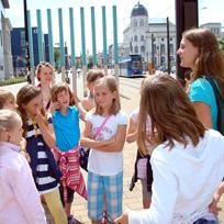 Kindergruppe bei einem Stadtrundgang