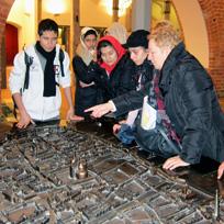 Jugendliche vor dem Rostocker Relief