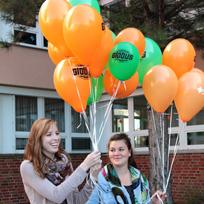 Ehrenamtliche mit Luftballons beim Weltkindertag
